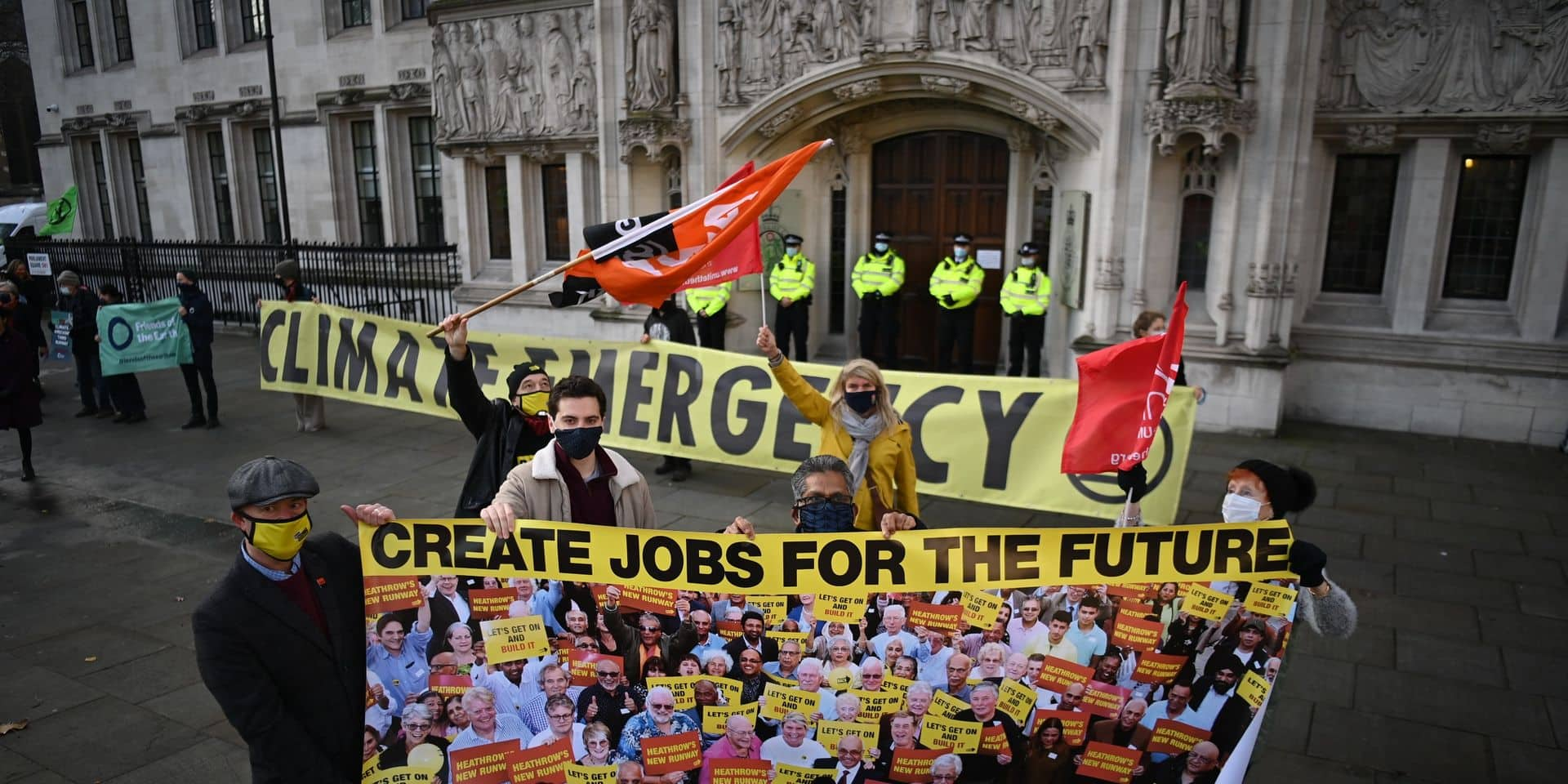 Des manifestants, certains opposés d'autres favorables au projet, s'étaient réunis devant le bâtiment de la Cour suprême de Londres.