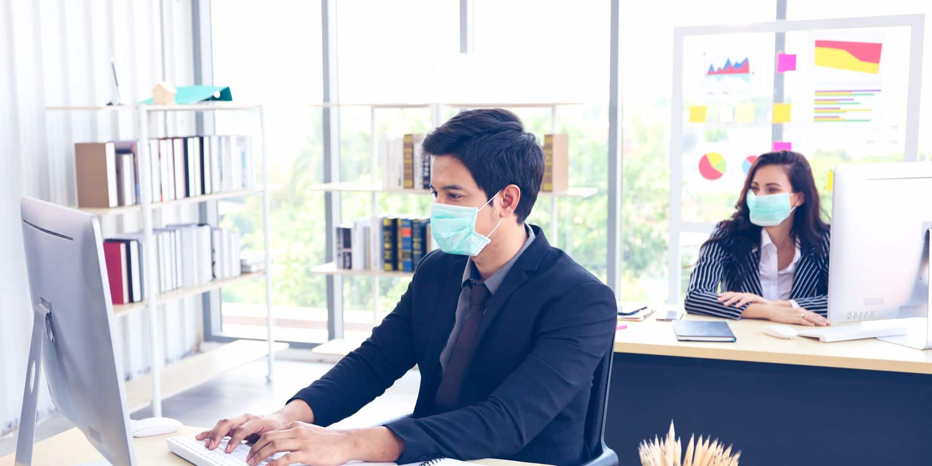Businessman,Or,Office,Worker,Are,Working,And,Wear,Mask,For