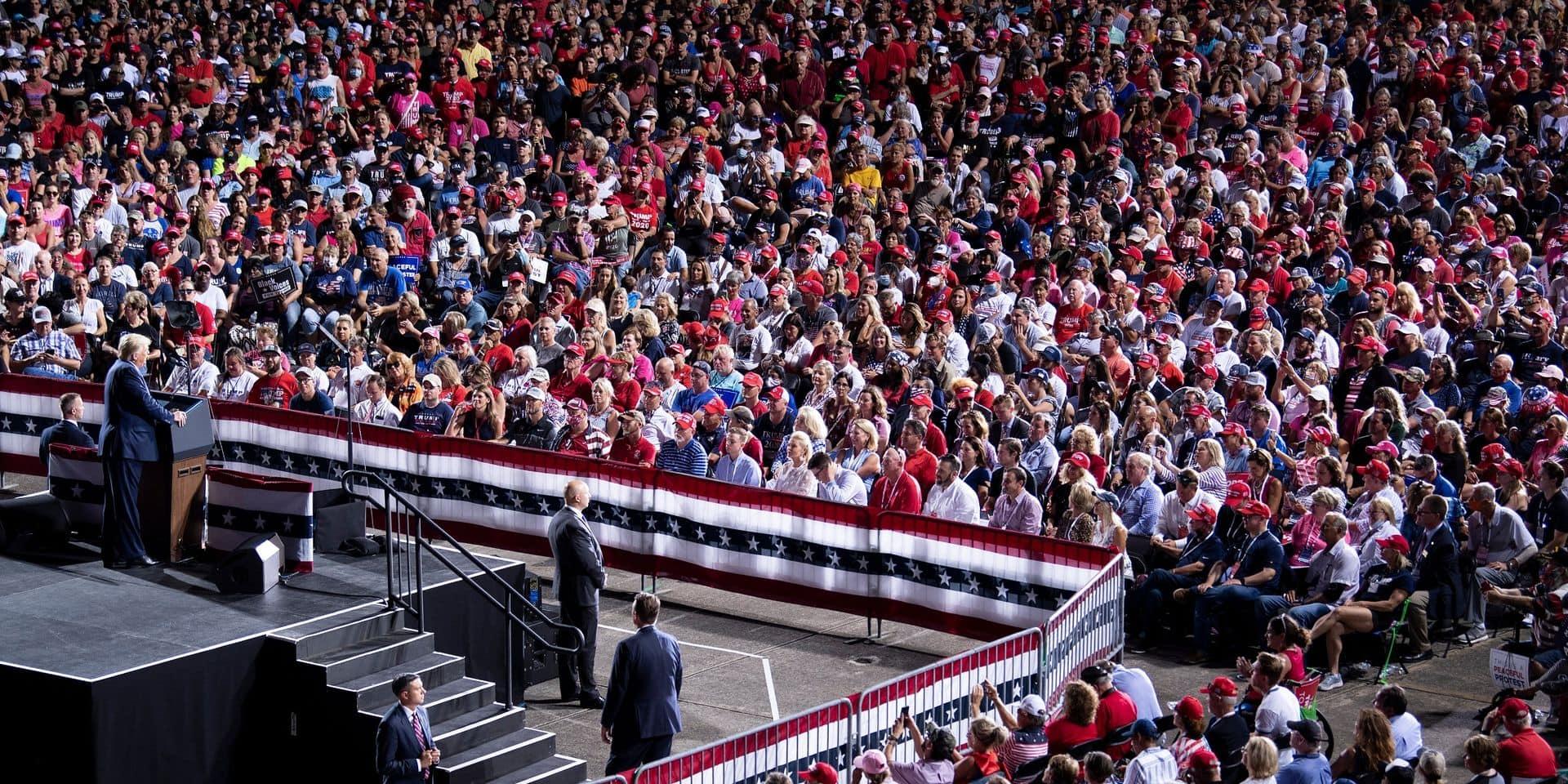 En Floride, des milliers de personnes assistent au meeting de Donald Trump collées les unes aux autres et sans masque - La Libre