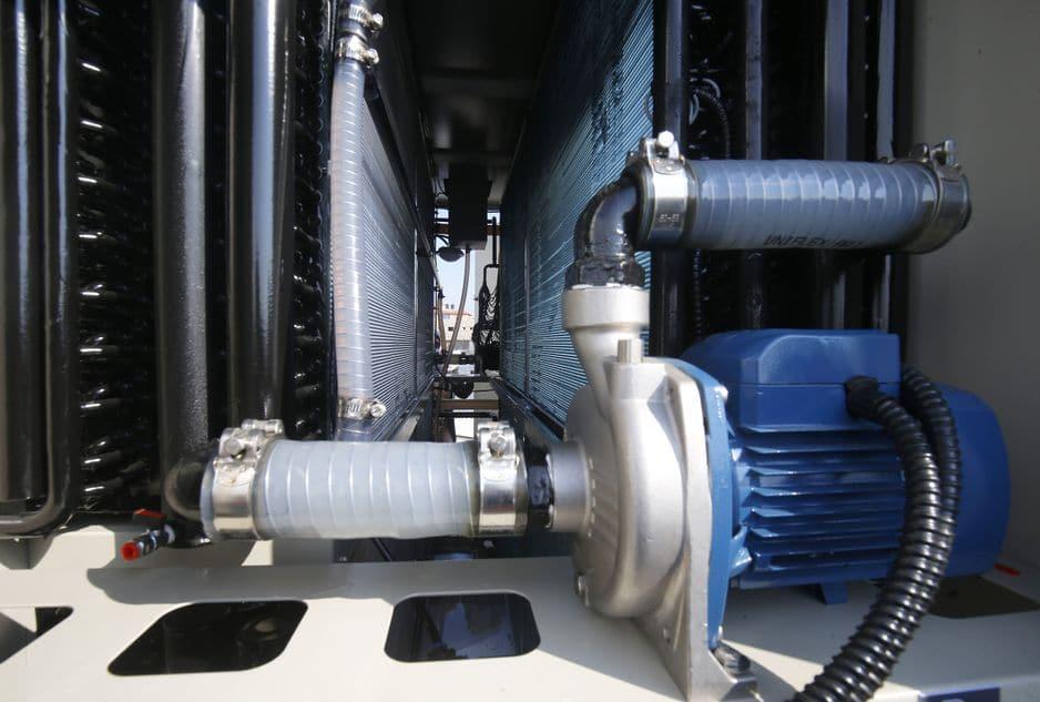 Les filtres un générateur d'eau alimenté par l'énergie solaire qui extrait l'eau potable directement de l'air.