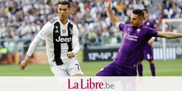Juventus' Cristiano Ronaldo , left, and Fiorentina's Kevin Mirallas fight for the ball during a Serie A soccer match between Juventus and AC Fiorentina, at the Allianz stadium in Turin, Italy, Saturday, April 20, 2019. Juventus needs a draw against visiting Fiorentina to clinch a record-extending eighth straight Serie A title. (AP Photo/Luca Bruno)