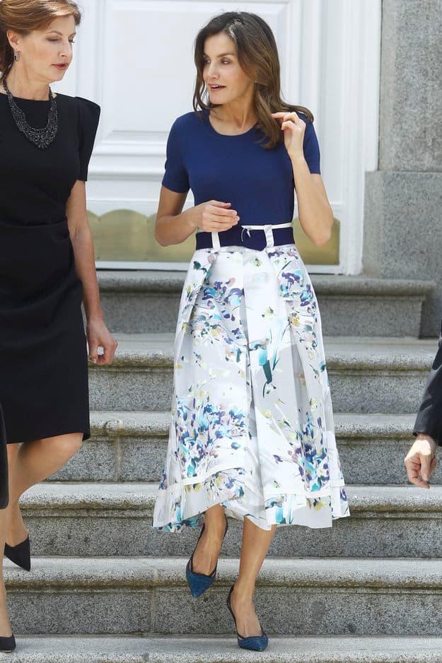 On a connu plus moderne mais Letizia casse le côté guindé de la jupe midi florale par un petit T-shirt simple. Chic et rock