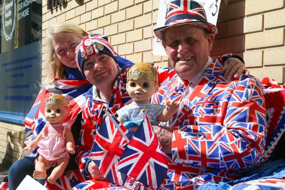 Maria, John et Terry affichent l'Union Jack avec fierté pour accueillir le prochain enfant de Kate Middleton et du prince William. Ils vouent une passion sans limites pour la famille royale.