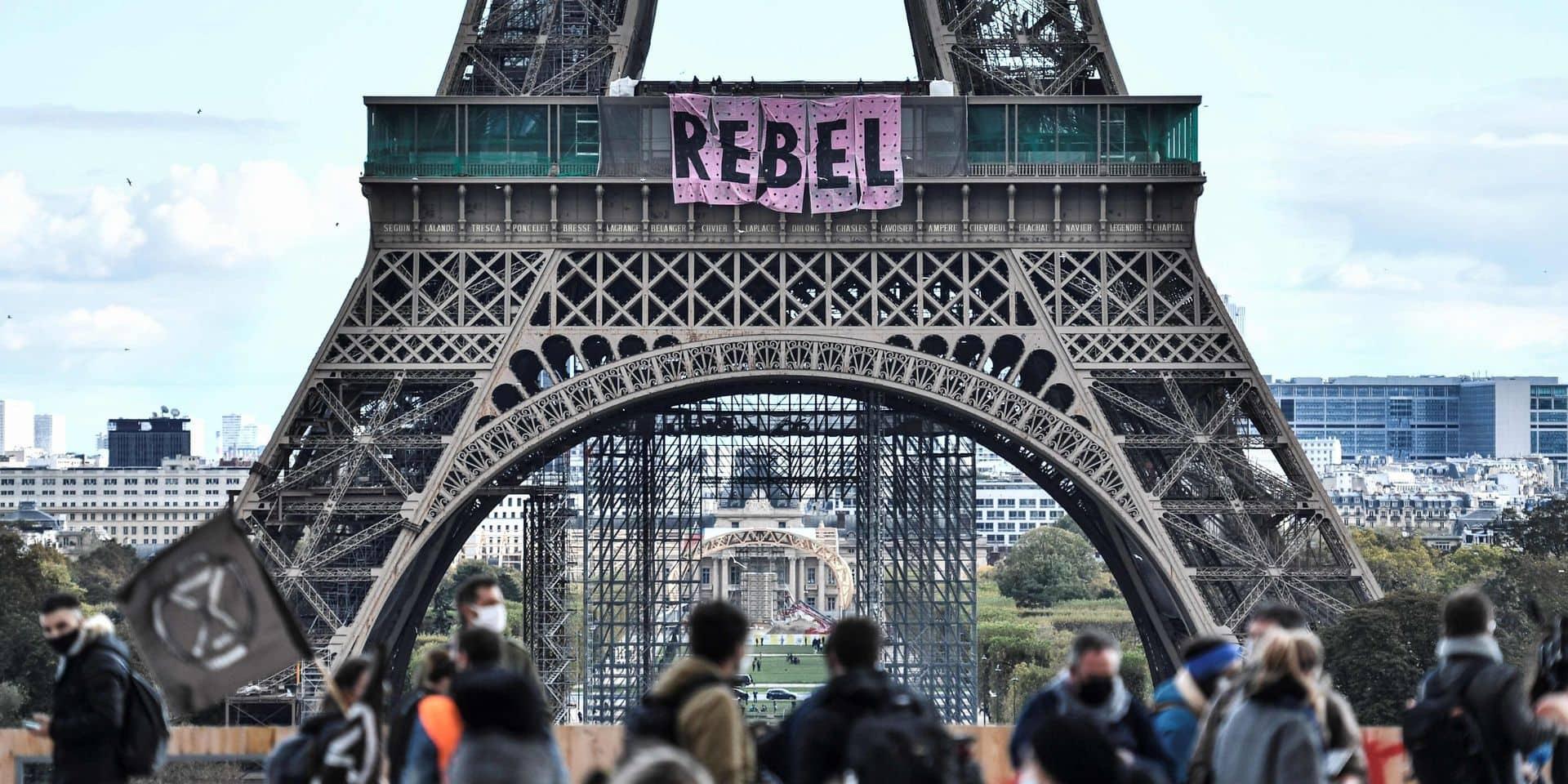 Climat: Extinction rébellion déploie une banderole sur la tour Eiffel