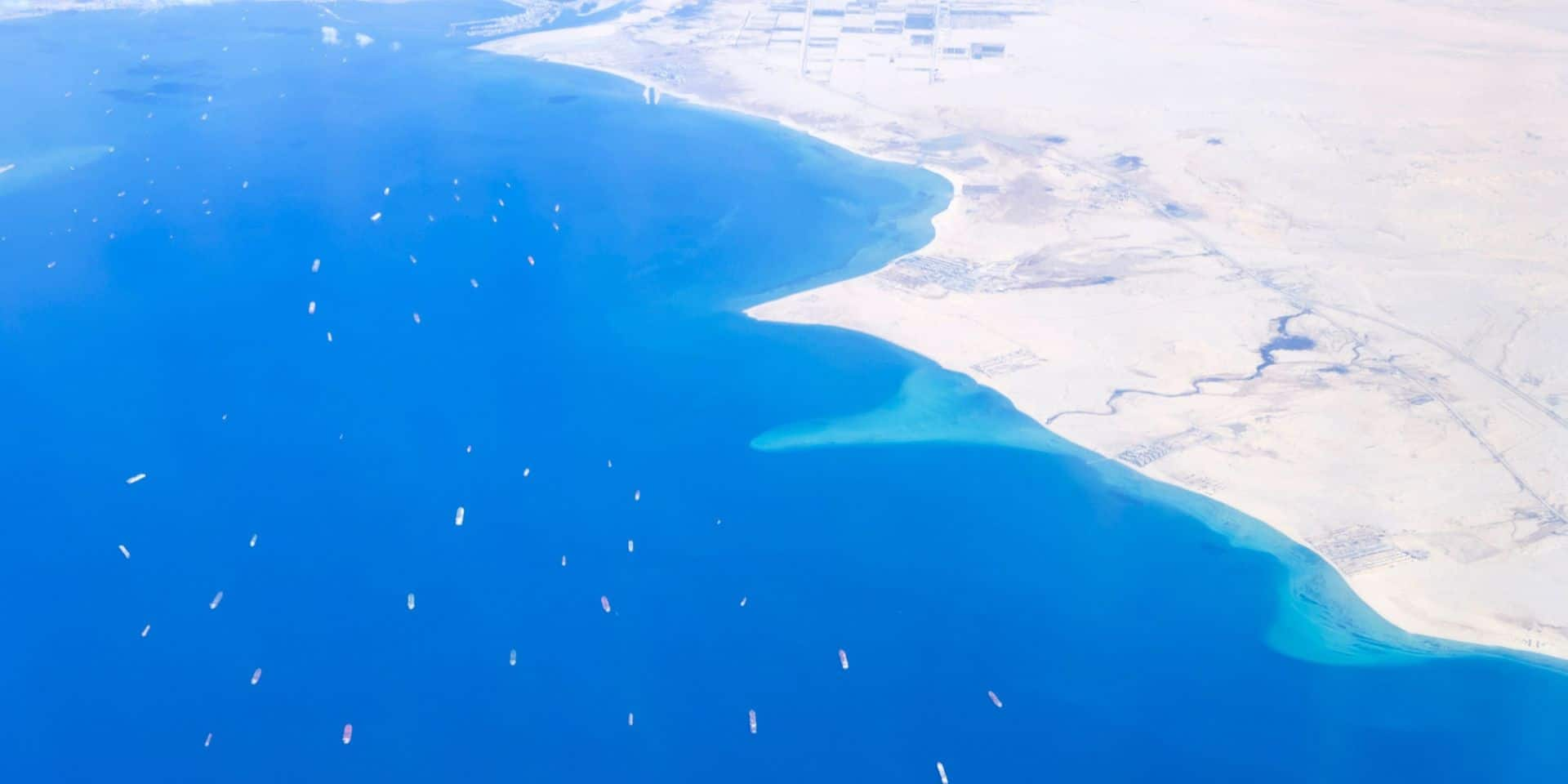 Des meubles, 130.000 moutons et du pétrole: des centaines de navires bloqués près du Canal de Suez