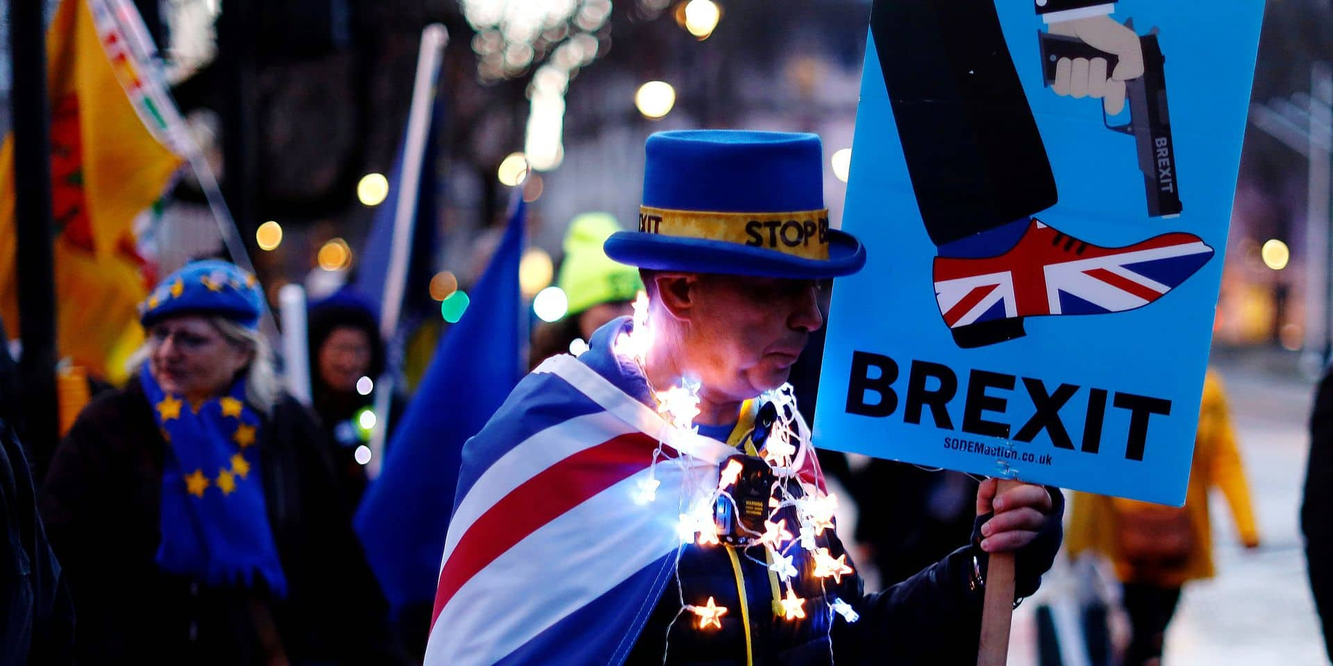 TOPSHOT - Anti-Brexit protestors stand outside the Houses of Parliament in London on March 12, 2019, ahead of the second meaningful vote on the government's Brexit deal. - Prime Minister Theresa May's Brexit deal faced a likely defeat in an historic parliamentary vote Tuesday that risked pitching Britain into the unknown just 17 days before its scheduled split from the European Union. (Photo by Tolga AKMEN / AFP)