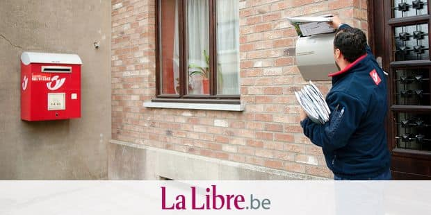 Picture shows belgian postman as he delivers a certified mail / letters / packages during his daily round (circuit) in the streets BELGA PHOTO JONAS HAMERS