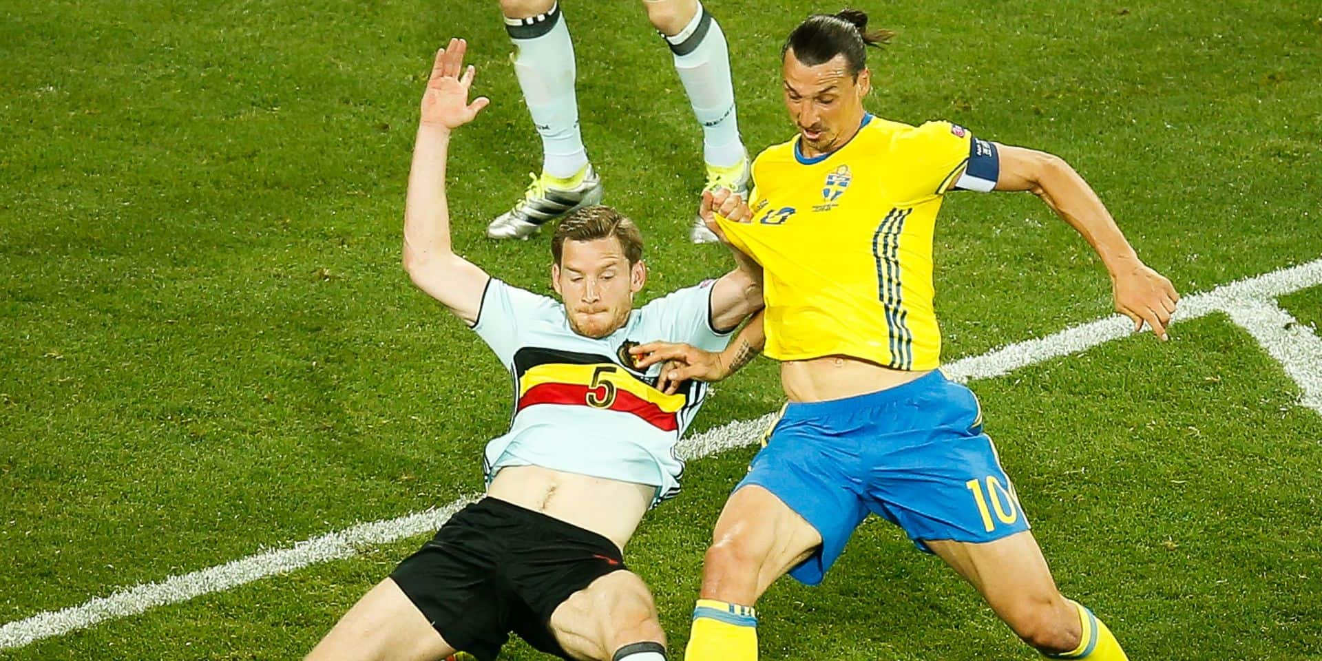 Belgium's Jan Vertonghen and Sweden's Zlatan Ibrahimovic fight for the ball during a soccer game between Belgian national soccer team Red Devils and Sweden, in group E of the group stage of the UEFA Euro 2016 European Championships, on Wednesday 22 June 2016, in Nice, France. The Euro2016 tournament is taking place from 10 June to 10 July. BELGA PHOTO BRUNO FAHY
