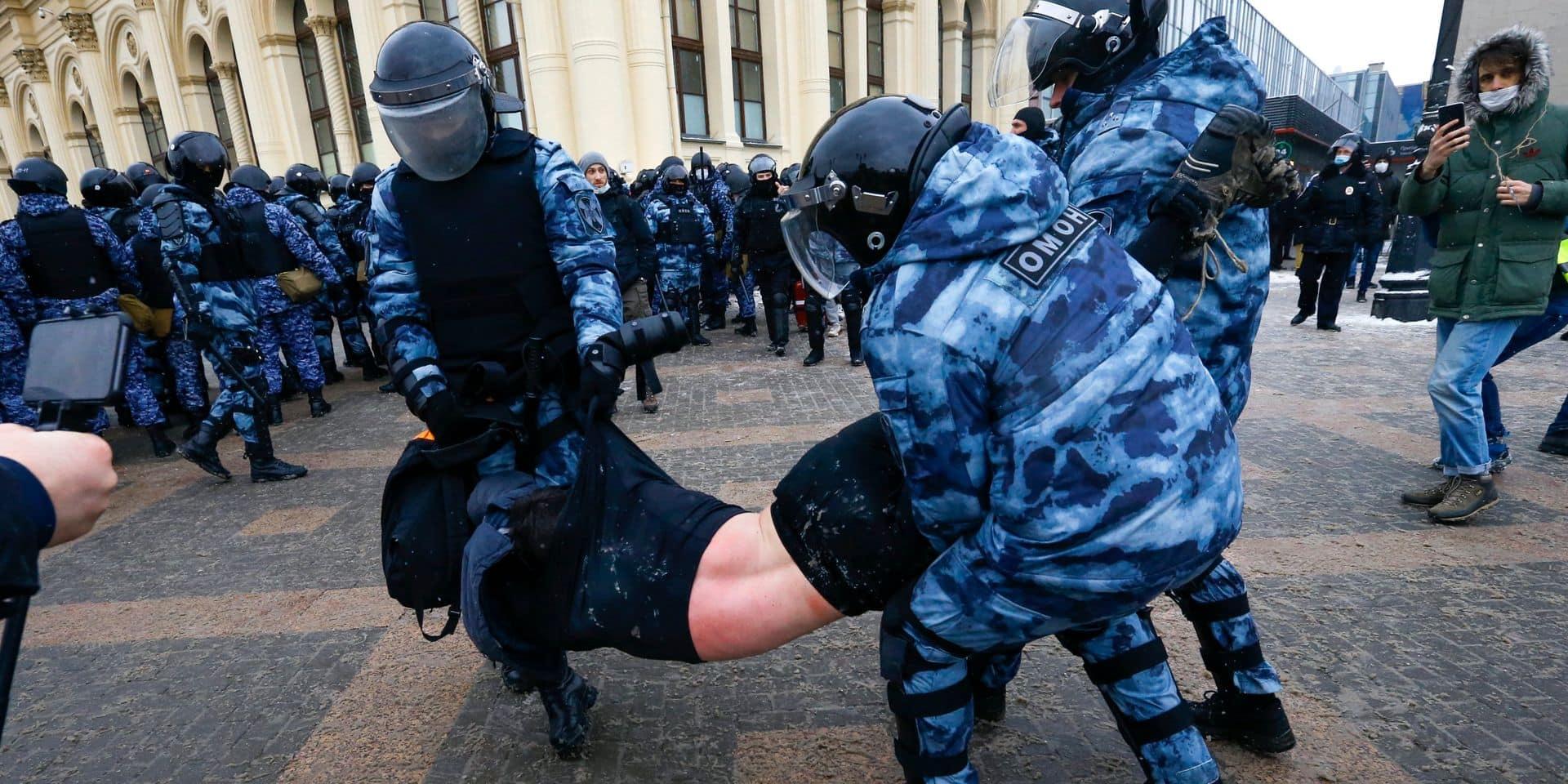 La police russe interpelle en masse des manifestants pro-Navalny et quadrille Moscou