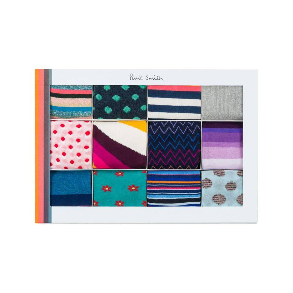 Pour ne pas avoir froid aux pieds, ce offret coloré de 12 chaussettes de                                              Paul Smith est idéal. Des pois, des rayures, des fleurs, il y en a pour tous les goûts.                                              Paul Smith, 250€