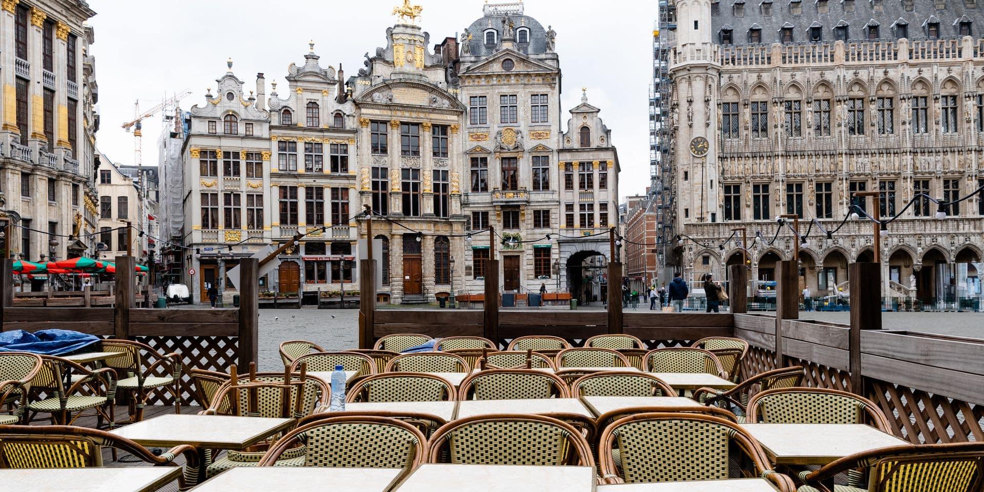 Bruxelles - Brussels: Grand Place et rue des Bouchers : le secteur horeca ouvre a nouveau ses portes mais les touristes ne sont pas au rendez-vous. les terrasses restent vides - horeca - terrasses - restauration - bar - cafe - coronavirus - covid-19