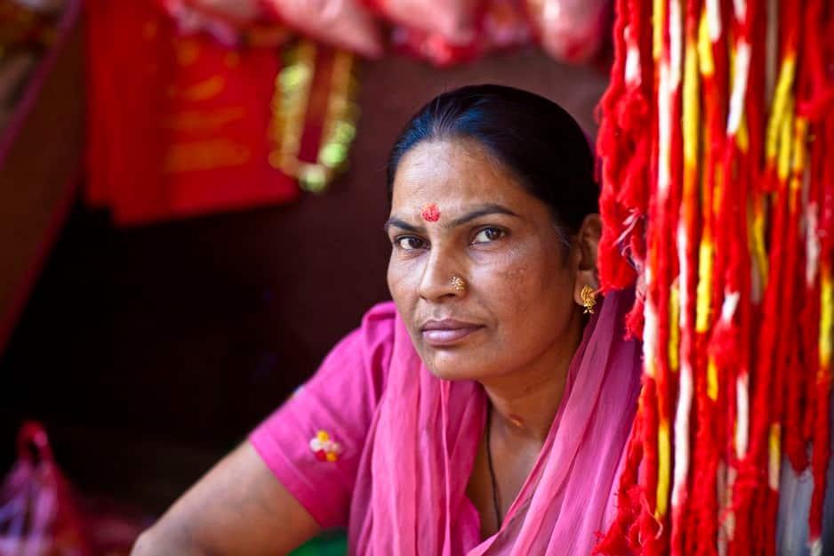 Dans l'Uttar Pradesh, une région pauvre du nord de l'Inde, des femmes ont créé il y a une dizaine d'années un gang pour combattre toutes les injustices et les violences contre les femmes. Elles portent toutes des saris roses.