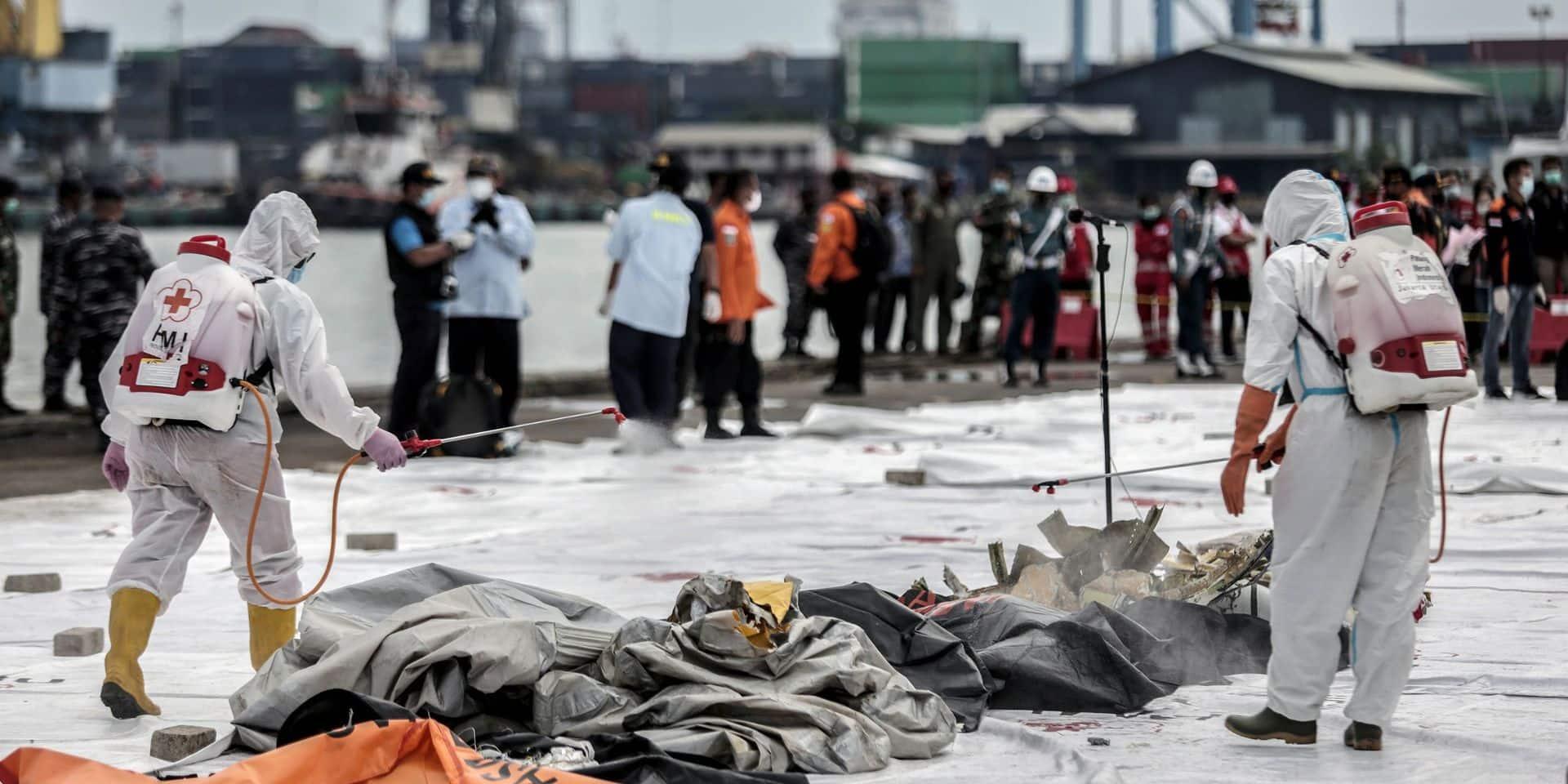 Crash d'un Boeing en Indonésie: les plongeurs repêchent quantité de débris et de restes humains