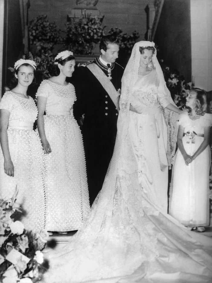 En son temps, Paola Ruffo di Calabria a misé sur du satin épais et de la dentelle bruxelloise lors de son mariage avec Albert II en 1959. La traîne mesurait 5 mètres de long et la robe était marquée à la taille.