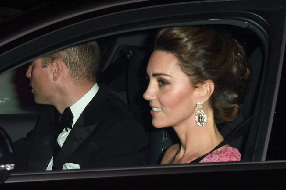 Le prince William et la princesse Kate qui porte de merveilleuses boucles d'oreilles et une tenue rose asymétrique.