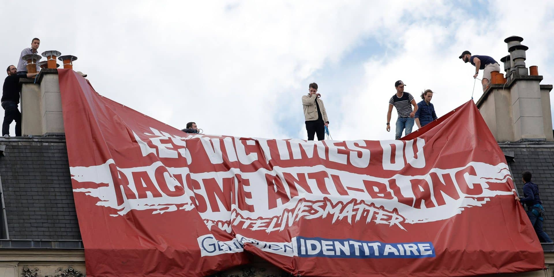 """Manifestations à Paris : une banderole contre le """"racisme anti-blanc"""" provoque une bagarre sur un toit"""