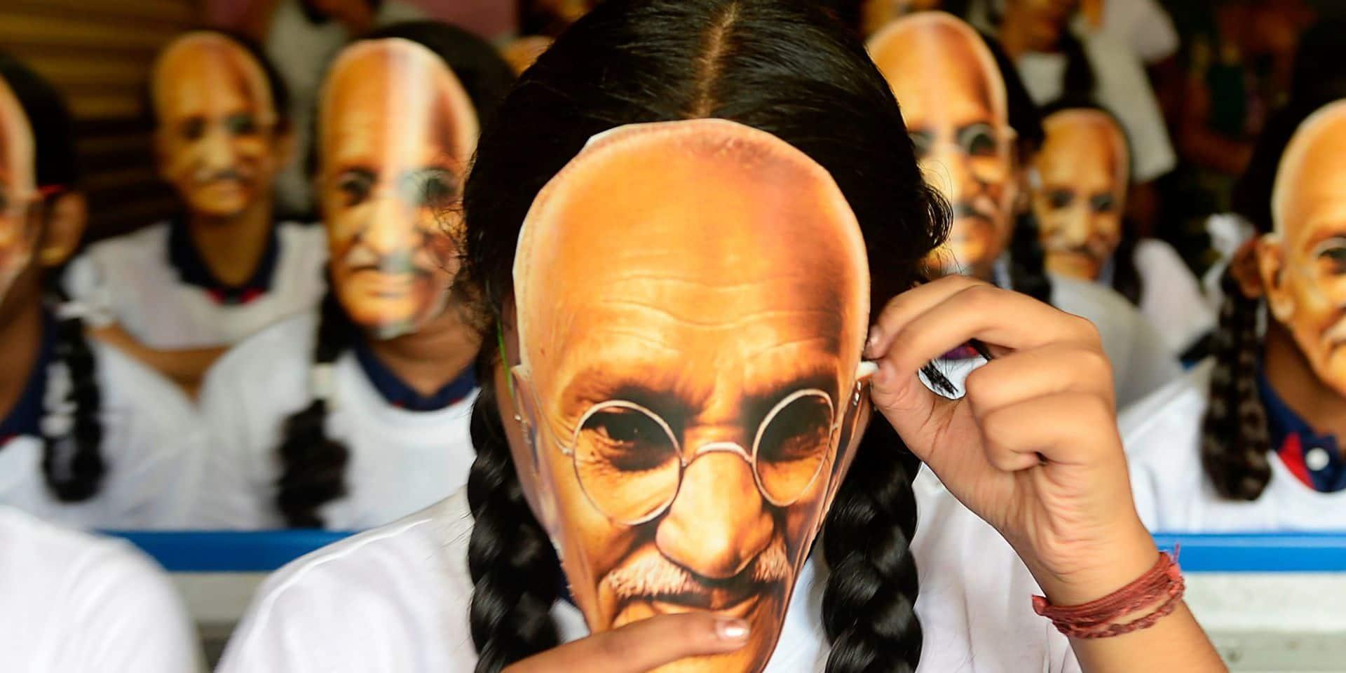 Ecolière portant un masque de Gandhi