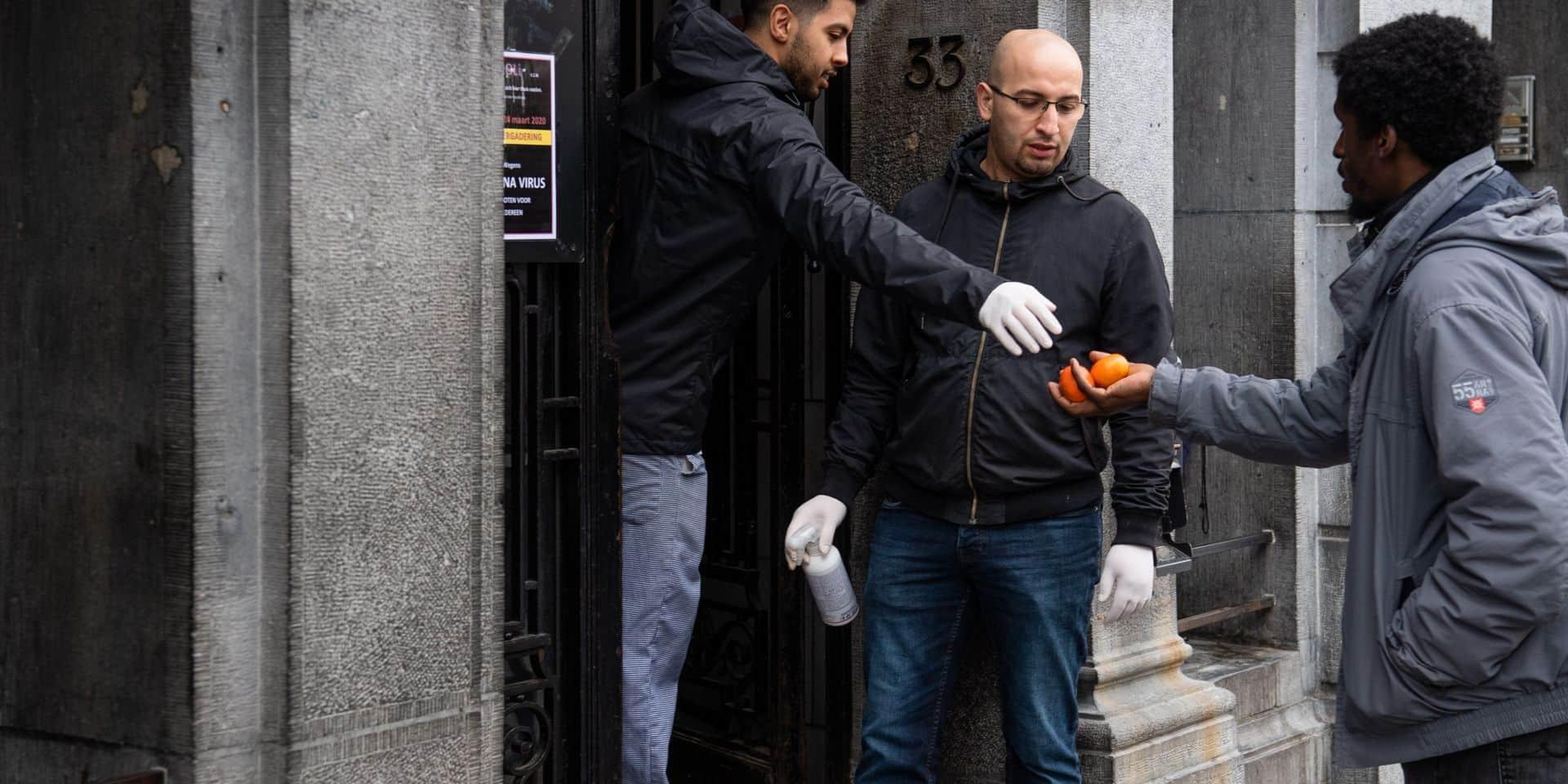 Le restaurant social du Parvis de Saint-Gilles distribue des lunch-packets aux sans-abri, le 16 mars 2020.