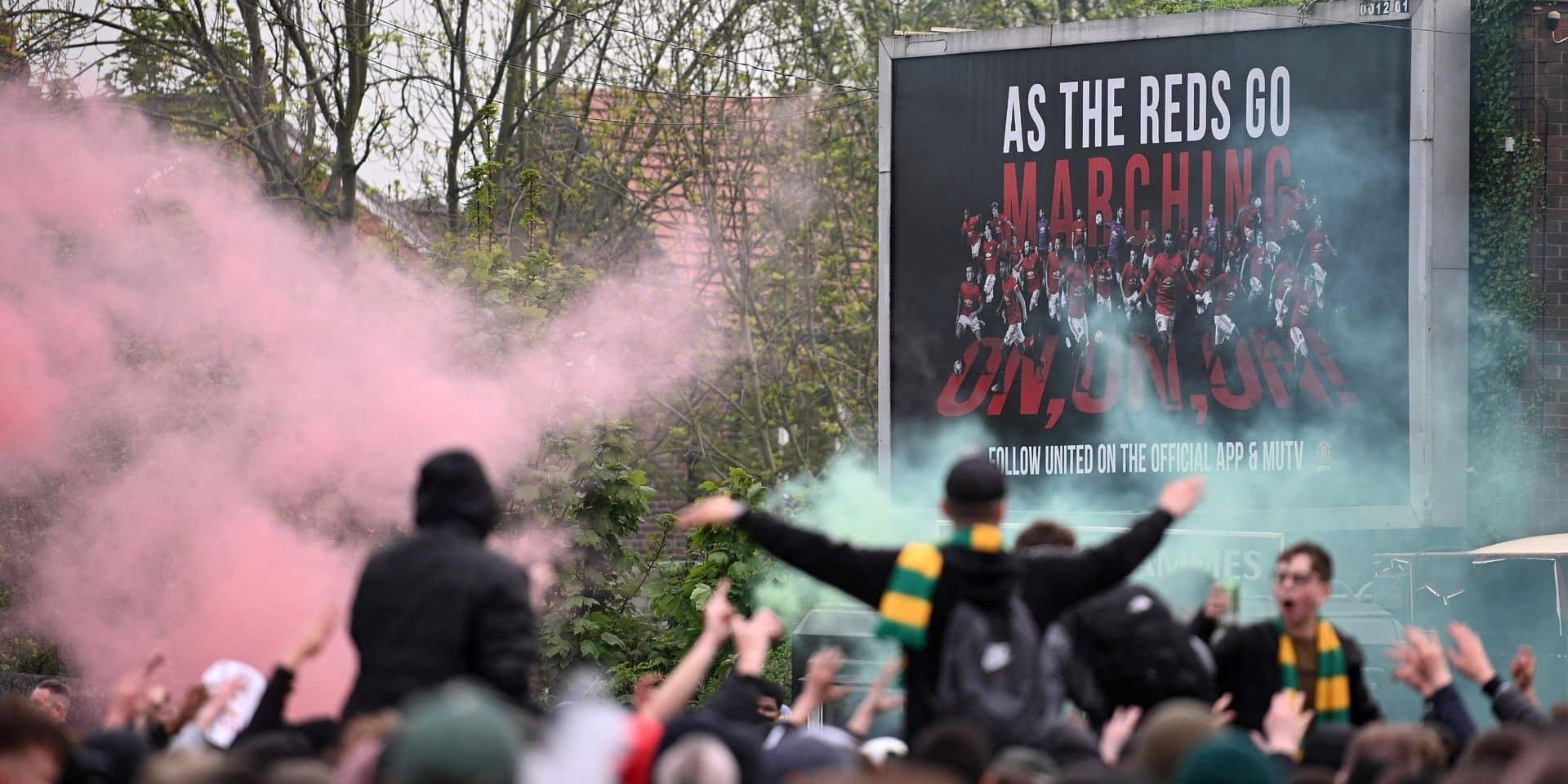 Le bus des joueurs de Liverpool bloqué par des manifestants au stade de Manchester