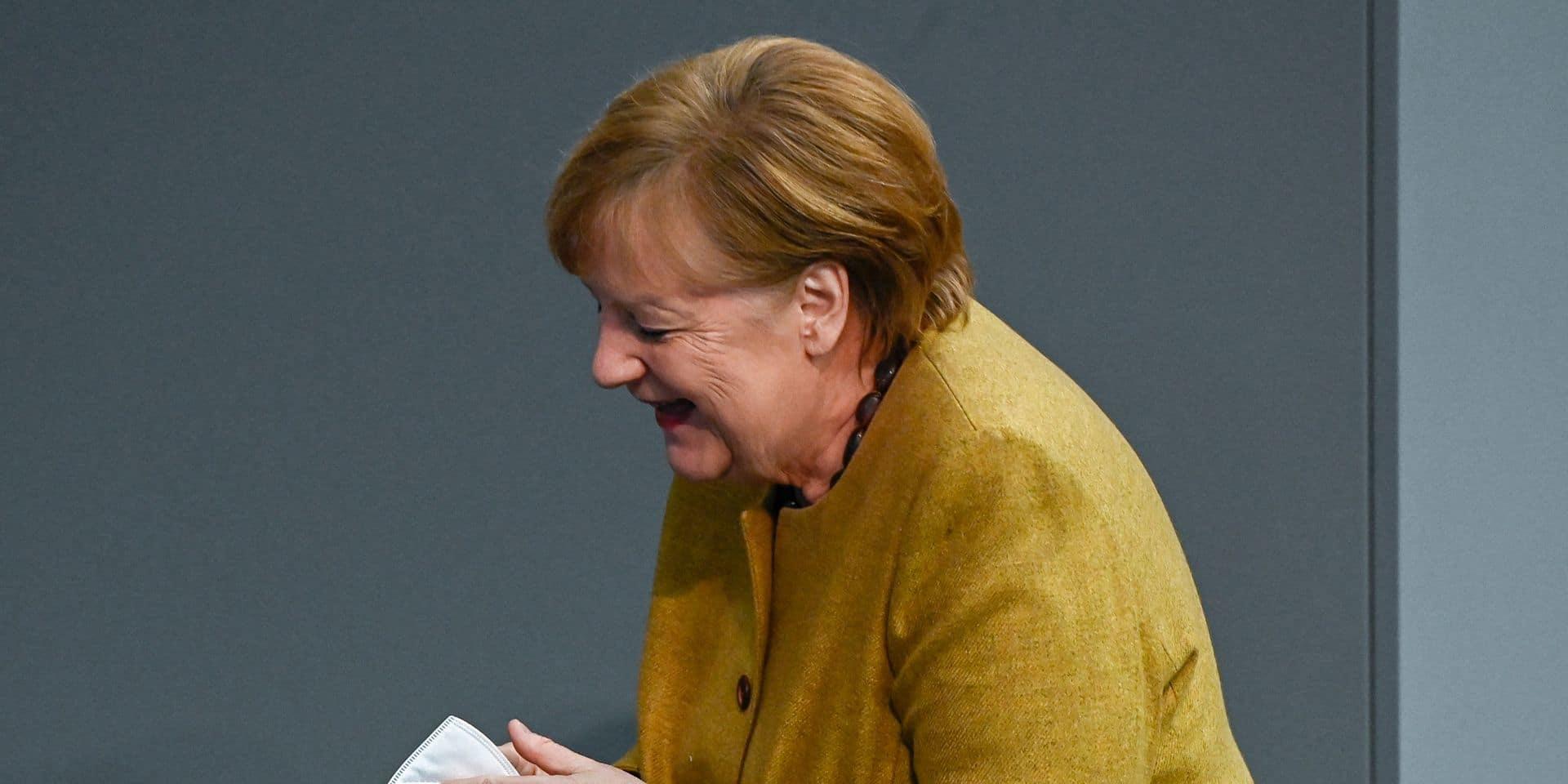 Angela Merkel oublie son masque en pleine session parlementaire et fait le buzz sur la toile (VIDEO)