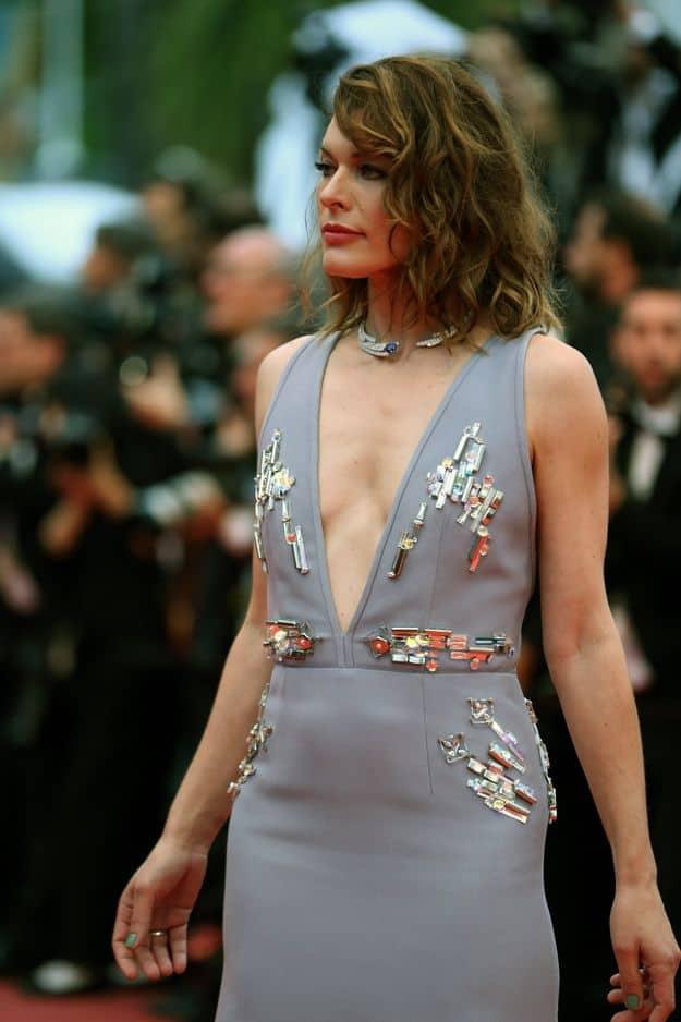 Mila Jovovich était à Cannes dans une robe longue mais pas si sage...