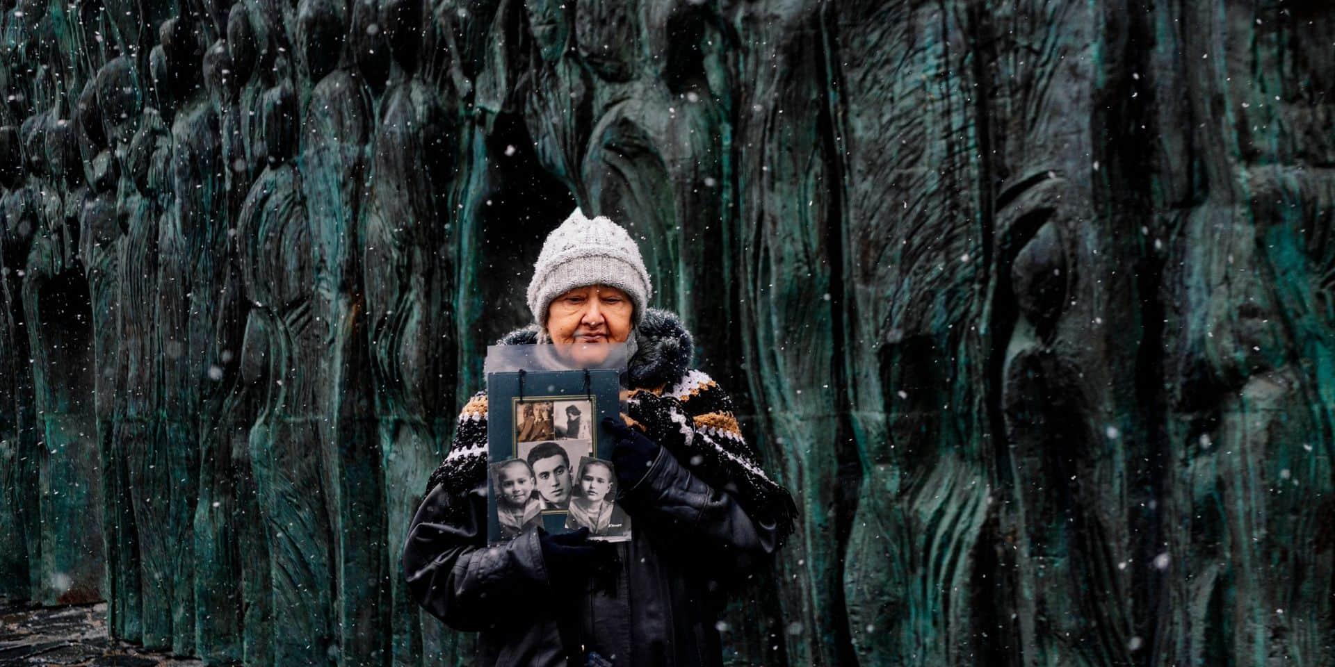 Une dame se recueille au Mur du chagrin, le 30 octobre 2019 à Moscou, en souvenir des victimes de la répression soviétique.