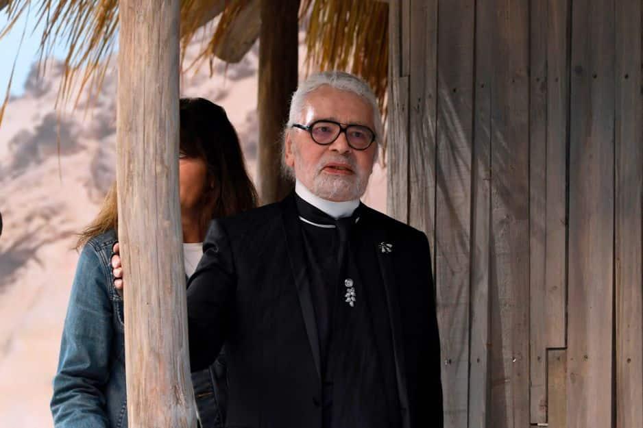 Karl Lagerfeld avait laissé tomber ses chemises blanches pour un ensemble noir et des lunettes non fumées. Un petit air monacal...