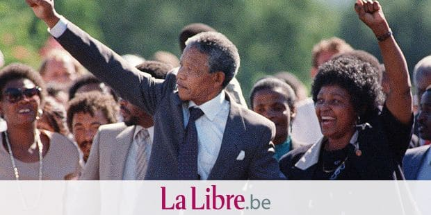 (FILES) A picture taken on February 11, 1990 shows Nelson Mandela (L) and his wife Winnie raising their fists and saluting cheering crowds upon Mandela's release from the Victor Verster prison near Paarl. Winnie Mandela, the ex-wife of South African anti-apartheid fighter and former president Nelson Mandela, died on April 2, 2018 in a Johannesburg hospital after a long illness at the age of 81, her spokesman Victor Dlamini said in a statement. / AFP PHOTO / FILES / ALEXANDER JOE