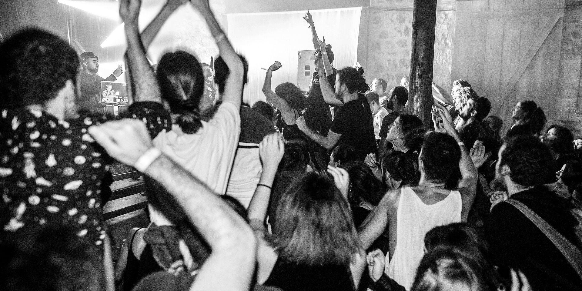 La crise n'est pas partie, mais les Grecs dansent