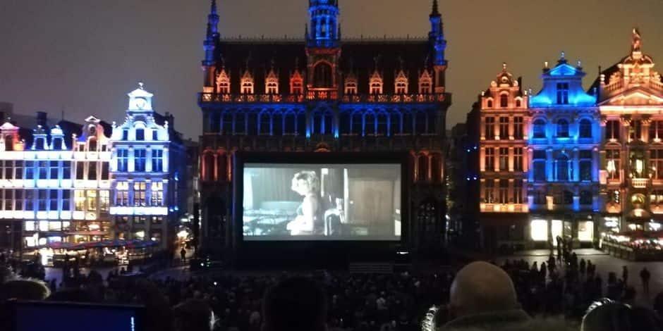 """Projection de """"Lucky"""" sur la Grand Place: Une foule de spectateurs malgré le froid"""