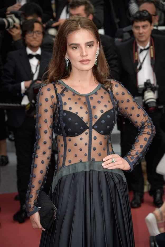 Anna Andres, mannequin et avocate, dans une robe au bustier transparent laissant voir son soutien-gorge.
