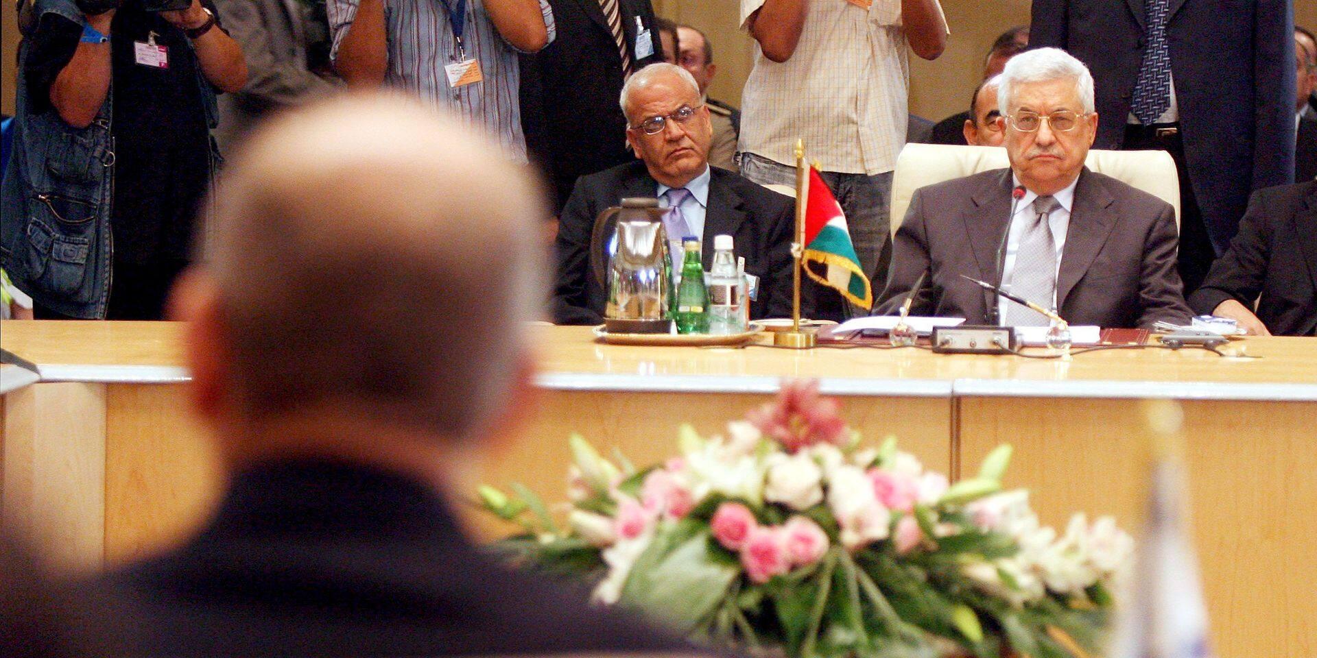 Saeb Erakat (gauche) lors d'une rencontre avec Mahmoud Abbas (droite) et Ehud Olmert.