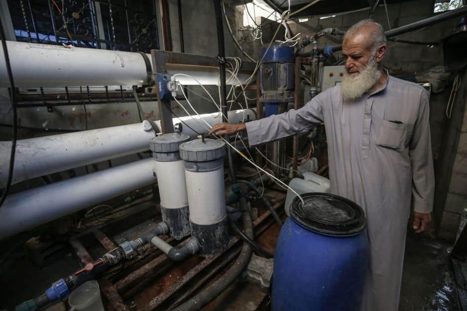Le Palestinien Issa Al-Farra, 67 ans, vérifie sa station d'eau douce.