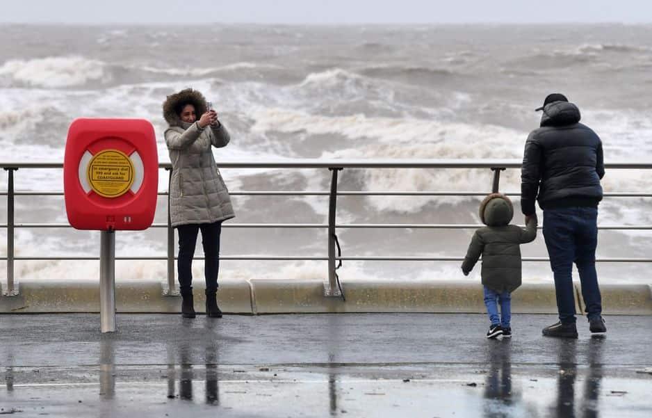 Une femme se prend en photo dans le nord-ouest de l'Angleterre, frappé par la tempête Ciara.