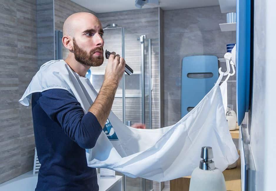 Un ingénieux bavoir pour poils de barbe pour qu'il arrête (enfin) de galérer .                                                 Big Moustache.                                                    15 euros