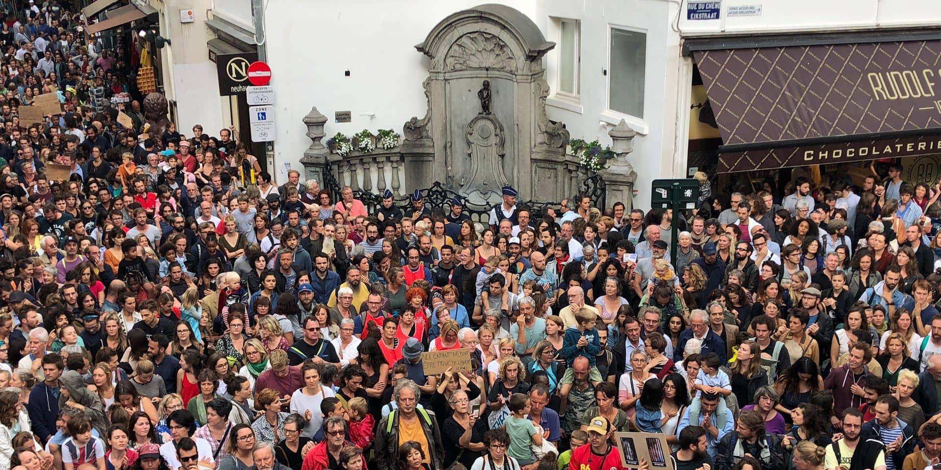Une foule encercle Manneken Pis pour dénoncer le centre fermé pour familles