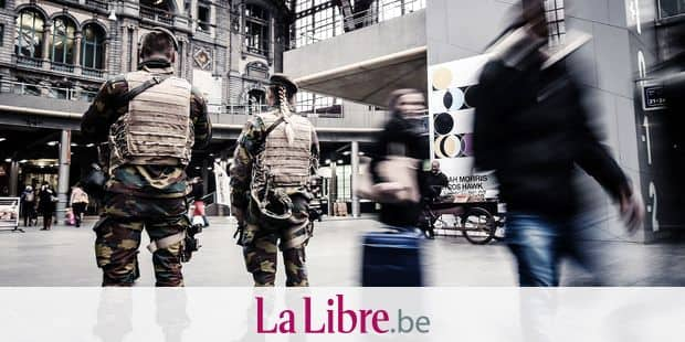 20151120 - ANTWERP, BELGIUM: Illustration picture shows soldiers at guard in Antwerp Centraal railway station in Antwerp, Friday 20 November 2015. Belgium's national security council and the government decided to deploy more police and soldiers in the streets after last Friday's attacks in Paris, France, which have left at least 136 dead and more than 350 injured. The terror alert level stands at level 3, the second highest level. The attacks have been claimed by Islamic State. Among the suspected terrorists, several have a link to Molenbeek. BELGA PHOTO LUC CLAESSEN