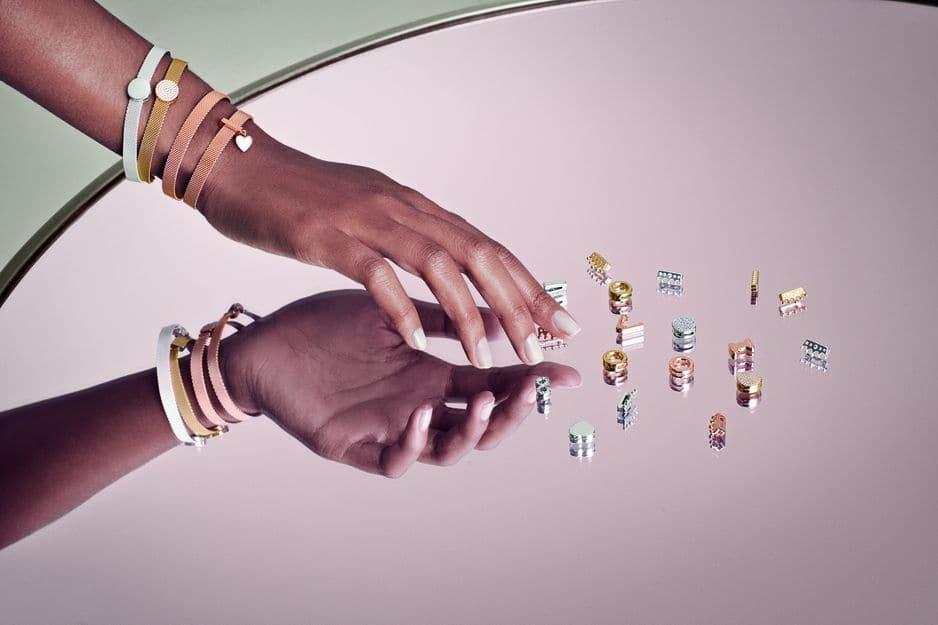 Les charms à clipser sur des bracelets plats pour raconter une histoire, entre 29 et 69€.                                     pandora.net