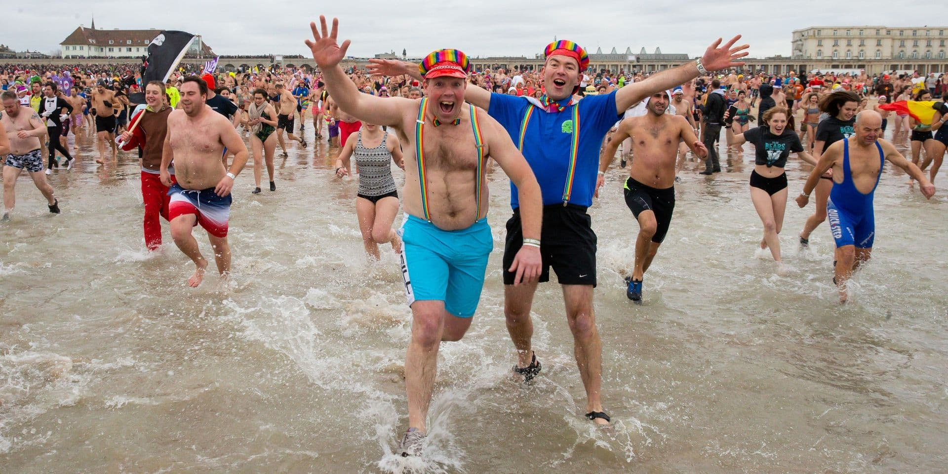 Le traditionnel plongeon du Nouvel An a attiré 4.750 courageux baigneurs à Ostende