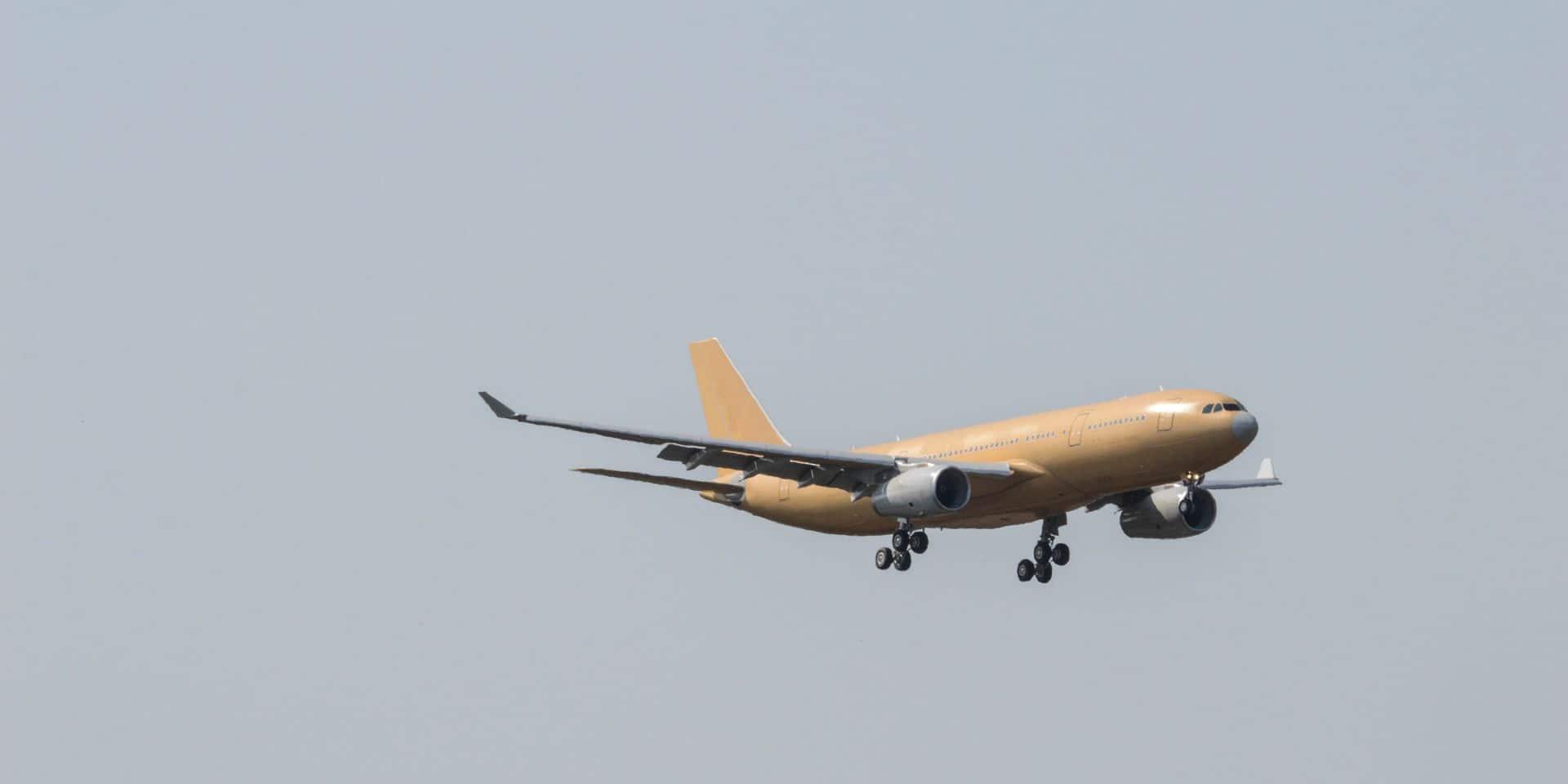 """L'avion rentre une minute trop tard de France qui passait en """"zone rouge"""": les 158 passagers en quarantaine"""