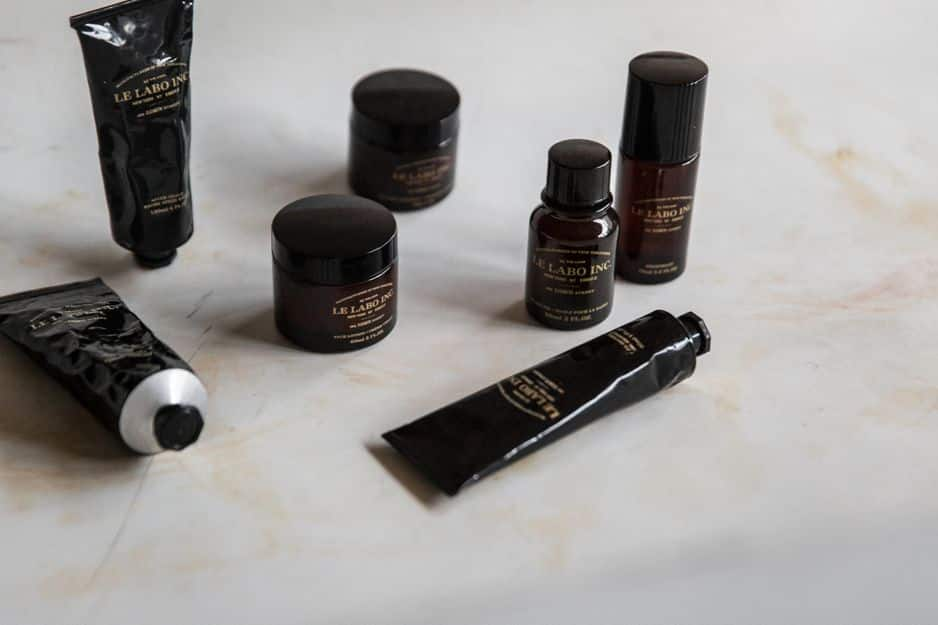 Les produits de soin pour hommes ont le vent en poupe. Le Labo a développé tout une gamme de bons et beaux produits comme cet after-shave, 120 ml, 34€. Ou encore une ligne pour les barbes.                                                                               Shop via www.lelabofragrances.com