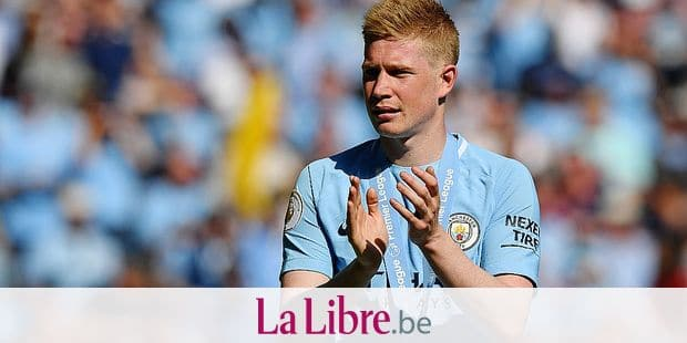 Manchester City's Belgian midfielder Kevin De Bruyne takes a lap of honour after the English Premier League football match between Manchester City and Huddersfield Town at the Etihad Stadium in Manchester, north west England, on May 6, 2018. / AFP PHOTO / Paul ELLIS / RESTRICTED TO EDITORIAL USE. No use with unauthorized audio, video, data, fixture lists, club/league logos or 'live' services. Online in-match use limited to 75 images, no video emulation. No use in betting, games or single club/league/player publications. /