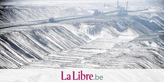 """TOPSHOT - A bucket wheel excavator operates to dig brown coal at the Garzweiler lignite opencast mine in Jackerath, western Germany, on January 25, 2019. - The so-called """"Kohlekommission"""" (coal commission), a governmental commission for growth, structural change and employment, that is meeting in Berlin on January 25, 2019, is to announce a roadmap for exiting coal as part of efforts to make Germany carbon-neutral by 2050. (Photo by Federico Gambarini / dpa / AFP) / Germany OUT"""