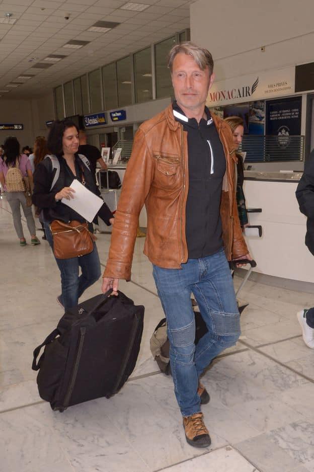 Dieu sait que l'acteur danois de 52 ans peut avoir la classe. Mais le combo veste en cuir marron assortie à des bottes de randonnée et un jean de biker délavé a du mal à passer.