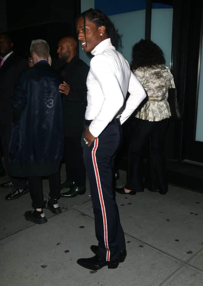 Le rappeur A$AP Rocky symbolise bien la manière dont les rappeurs des années 2010 se sont appropriés les codes du vestiaire rock. Col roulé blanc, pantalon de smoking à bandes et santiags. On dit oui.