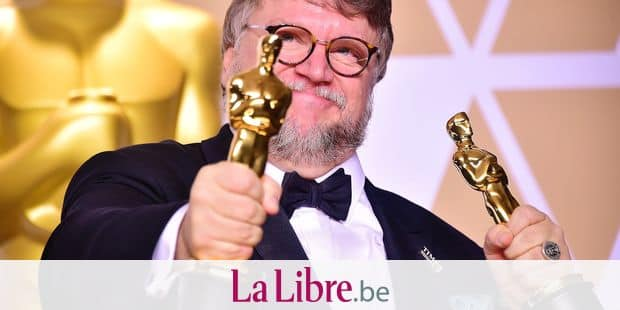 TOPSHOT - Director Guillermo del Toro poses in the press room with the Oscars for best picture and best director during the 90th Annual Academy Awards on March 4, 2018, in Hollywood, California. / AFP PHOTO / FREDERIC J. BROWN
