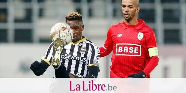Charleroi's Francis N'Ganga and Standard's Mehdi Carcela fight for the ball during the Jupiler Pro League match between Sporting Charleroi and Standard de Liege, in Charleroi, Sunday 18 February 2018, on the day 27 of the Jupiler Pro League, the Belgian soccer championship season 2017-2018. BELGA PHOTO BRUNO FAHY