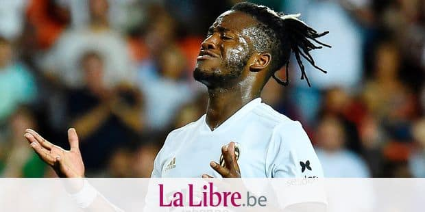 Valencia's Belgian forward Michy Batshuayi reacts during the Spanish League football match between Valencia and Atletico Madrid at the Mestalla Stadium in Valencia on August 20, 2018. (Photo by JOSE JORDAN / AFP)
