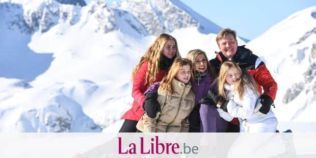 Dutch King Willem-Alexander, back right, poses for a photo with his wife Queen Maxima, center, and their three children, Catarina-Amalia, left, Alexia, second from left, and Ariane, right, during a photo opportunity on a slope during their skiing holidays in Lech, Austria, Monday, Feb. 26, 2018. (AP Photo/Felix Kaestle)
