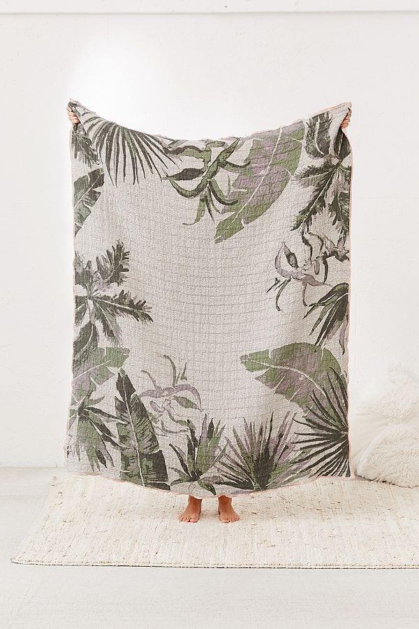 Couverture en jacquard tissé imprimé palmiers, 79€,                                       www.urbanoutfitters.com